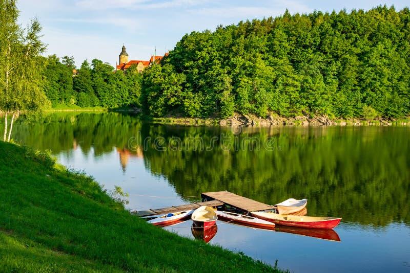 Fartyg som förtöjas på Lesna sjön nära den Czocha slotten på den soliga sommarmorgonen, lägre Silesia, Polen royaltyfria bilder