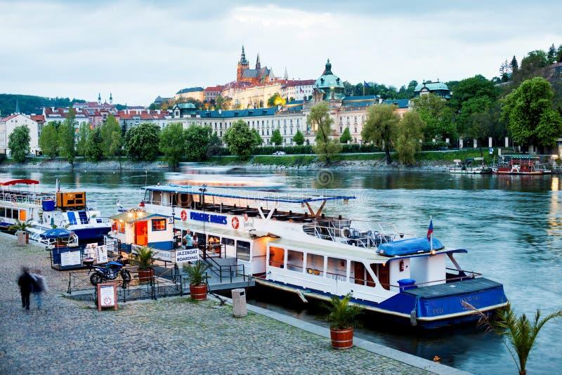 Fartyg som förtöjas till banken av floden Vltava i Prague. royaltyfri foto