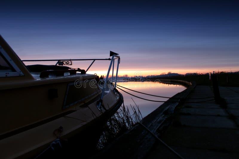 Fartyg som förtöjas upp för aftonen arkivfoto