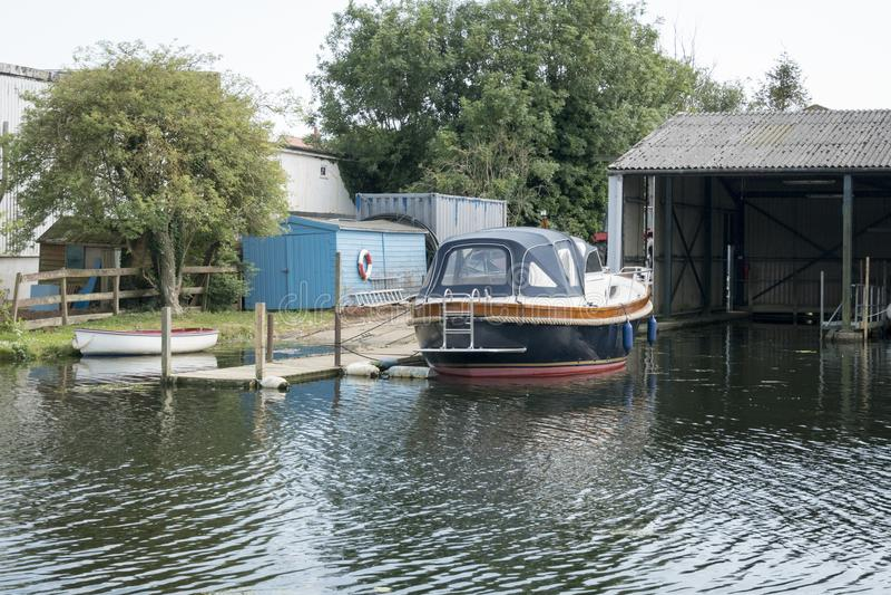 Fartyg som förtöjas upp i Boatyard fotografering för bildbyråer