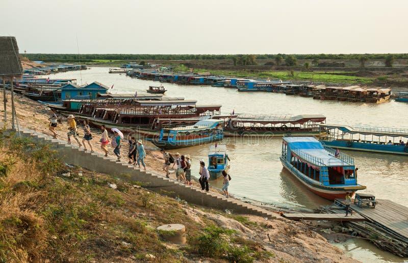 Fartyg som förtöjer på den Siem Reap floden royaltyfri bild