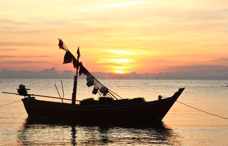 fartyg som fiskar en soluppgång arkivfoton