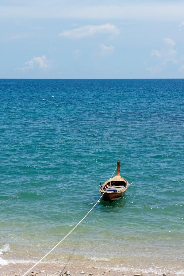 fartyg som fiskar litet trä royaltyfri foto