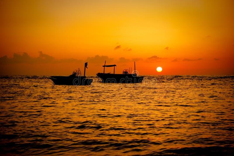 fartyg som fiskar solnedgång royaltyfria bilder