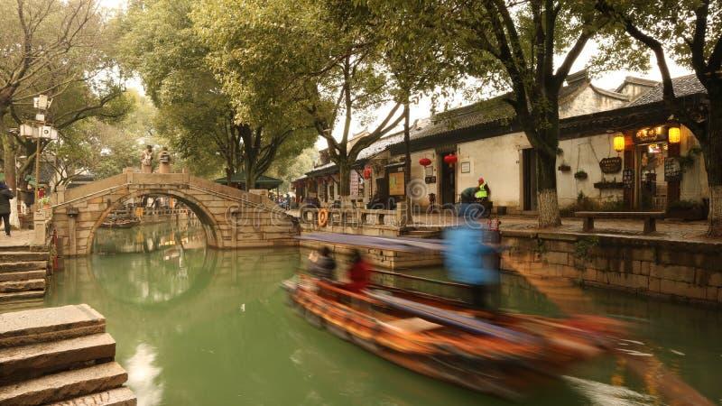 Fartyg som fortskrider den forntida kinesiska kanalen arkivbild