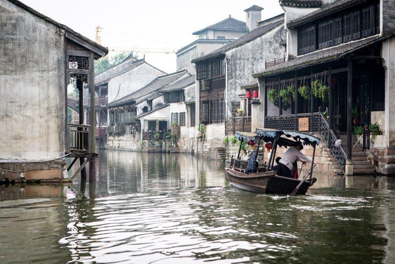 Fartyg som går till och med en kanal i kinesisk by royaltyfri fotografi