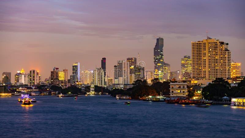 Fartyg som kryssar omkring på Chao Praya River på Bangkok, Thailand royaltyfria bilder