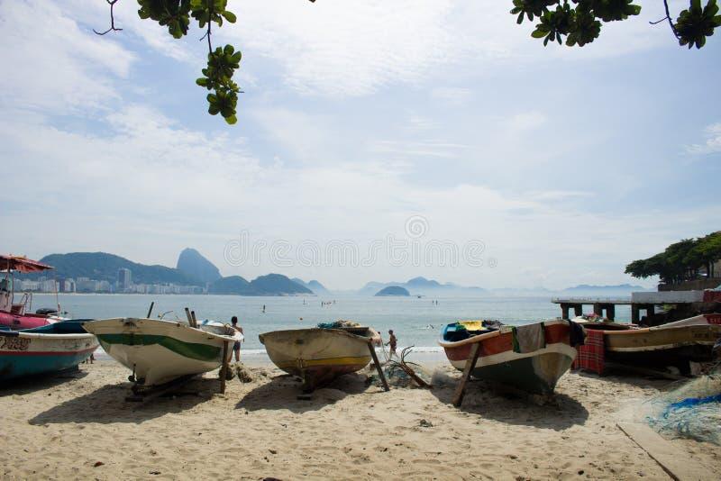 Fartyg som parkeras på kanten av copacabanaen, sätter på land royaltyfri foto
