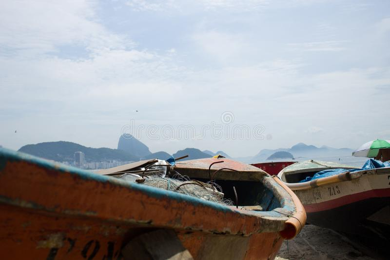 Fartyg som parkeras på kanten av copacabanaen, sätter på land arkivfoton