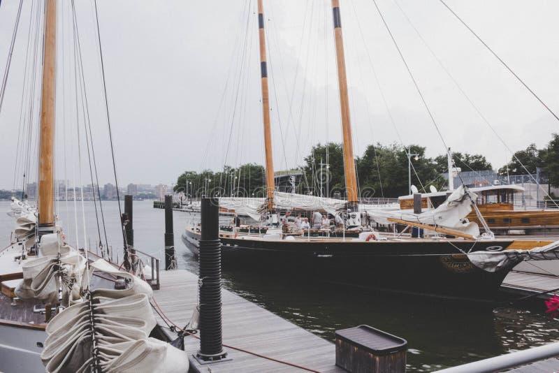 Fartyg som parkeras p? skeppsdockan royaltyfria bilder