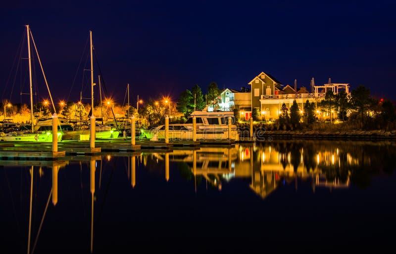 Fartyg som reflekterar på natten på fjärdbromarina i Kent Island fotografering för bildbyråer