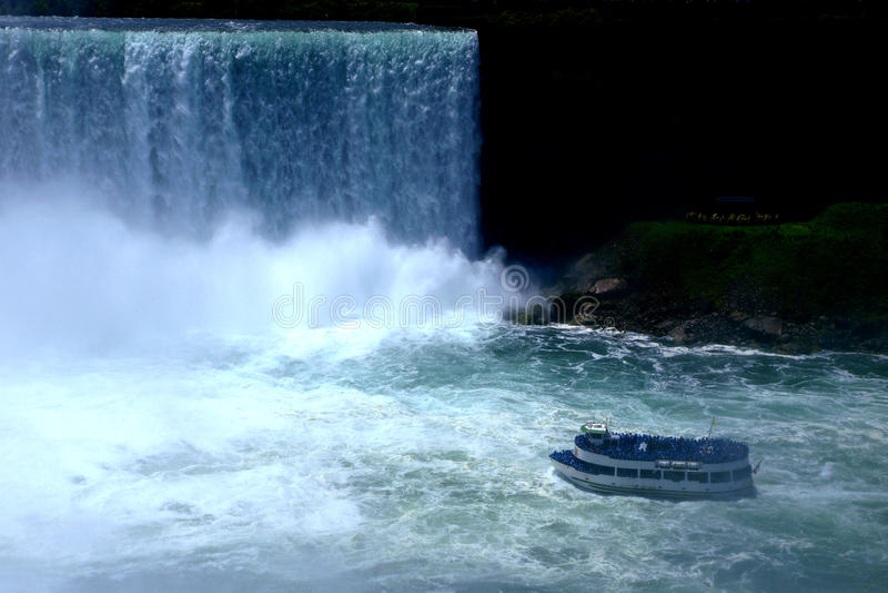fartyg som skriver in niagara vattenfall royaltyfri foto