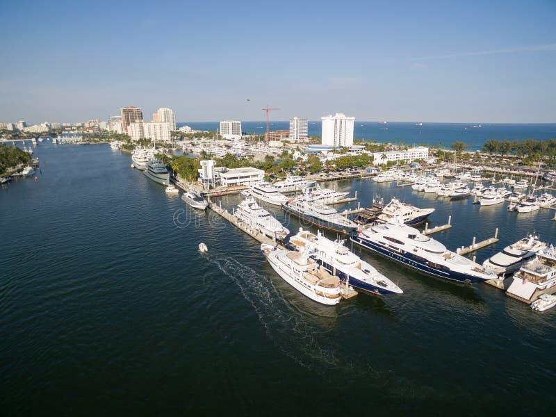 Fartyg som svävar i Fort Lauderdalefjärd arkivfoto