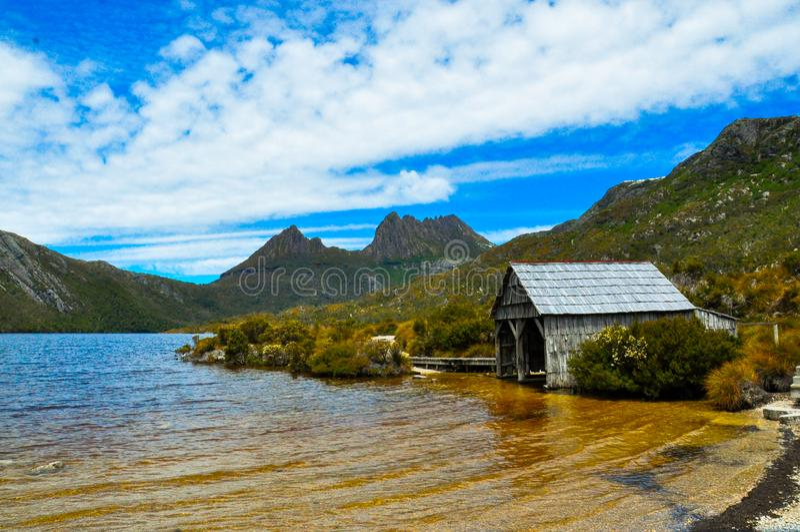 Fartyg som utgjutas på duva sjön, Tasmanien, Australien royaltyfri bild