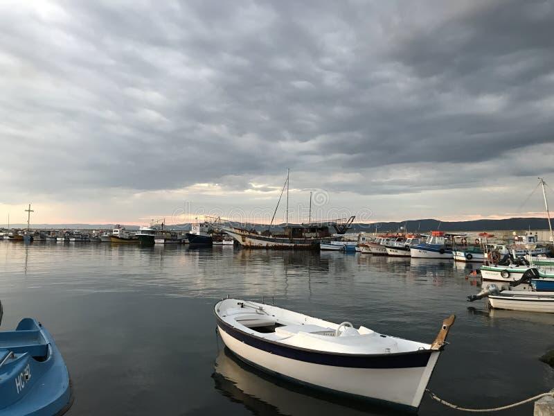 fartyg Stormen kommer till pir i Nessebar arkivbilder