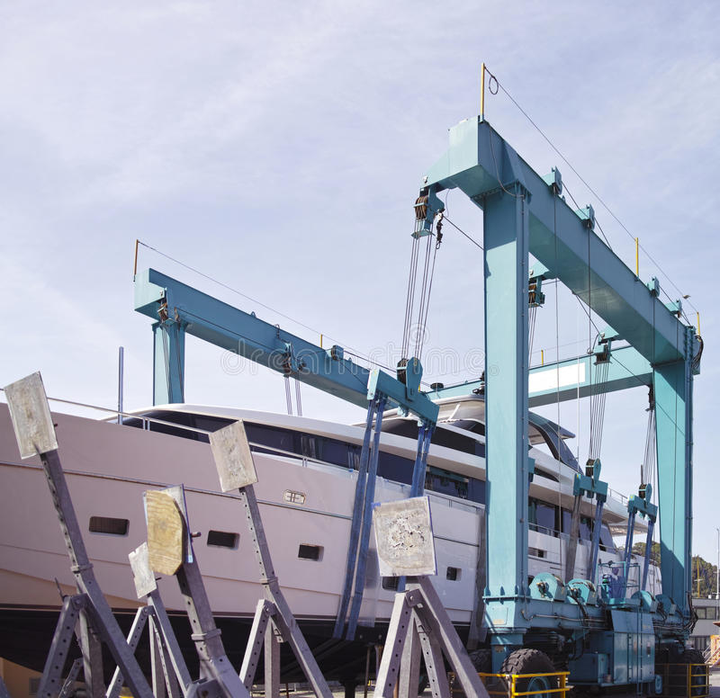 fartyg sträcker på halsen att lyfta för hamn royaltyfria foton