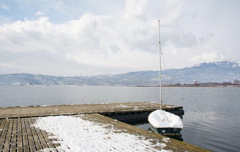 Fartyg under snön på Vegoritis sjön, Grekland royaltyfria bilder