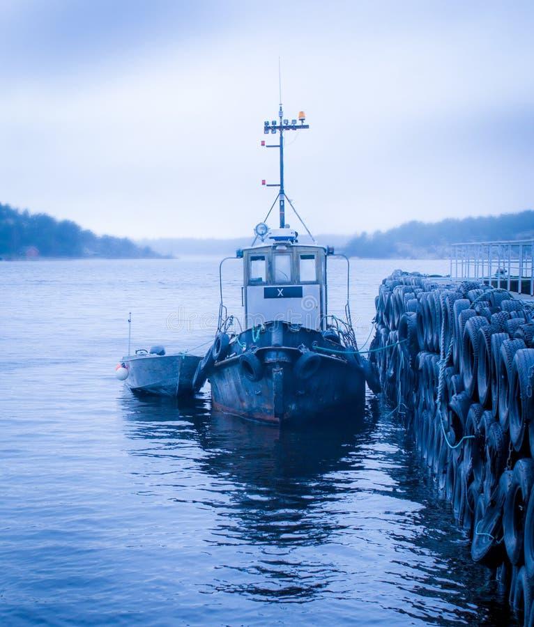 Fartyg vid en brygga i fjorden royaltyfria bilder