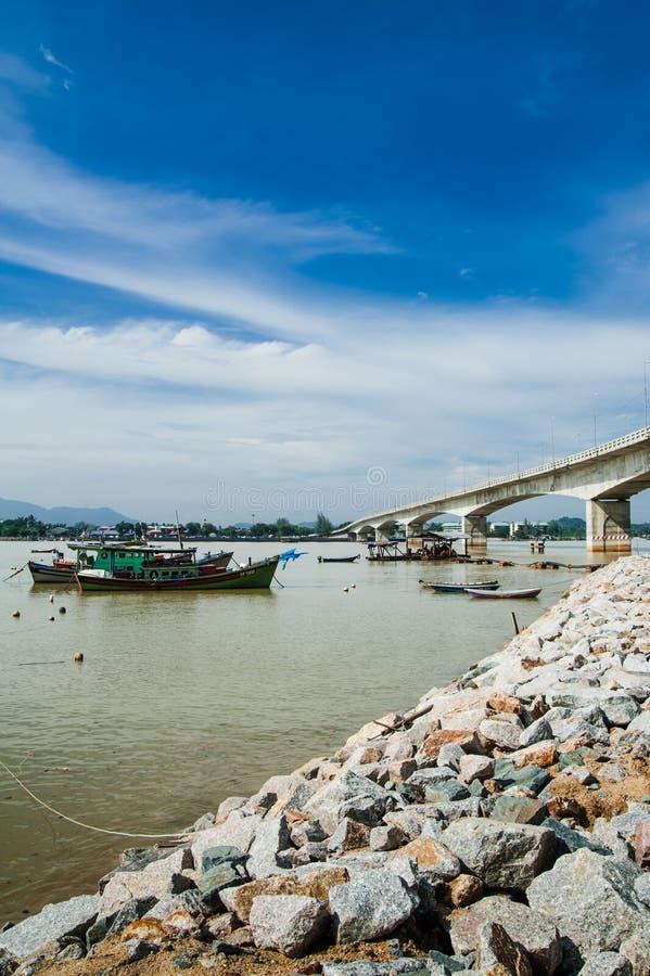 Download Fartyg vid flodstrand fotografering för bildbyråer. Bild av rocks - 27279433
