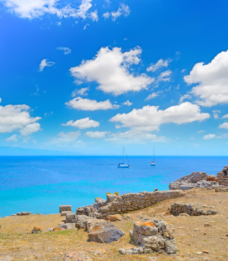 Fartyg vid kusten i Tharros royaltyfri bild