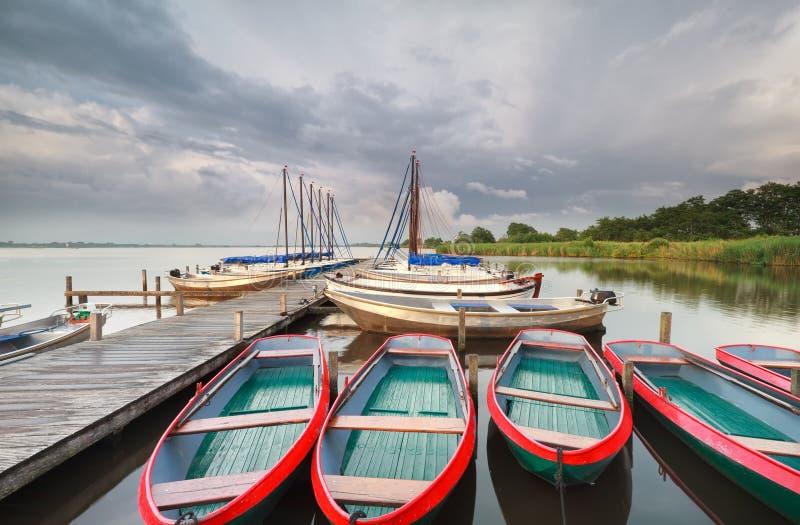 Fartyg vid pir på den stora sjön fotografering för bildbyråer
