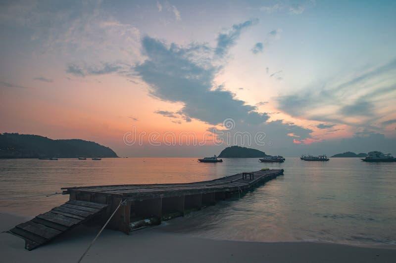 Fartygbryggan på stranden royaltyfria bilder