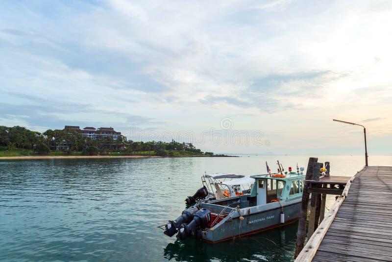 Fartyget av nationalparktjänstemannen anslöt på träbron arkivfoto