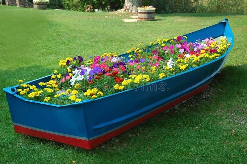 Download Fartyget blommar full arkivfoto. Bild av sikt, lake, petunias - 241774