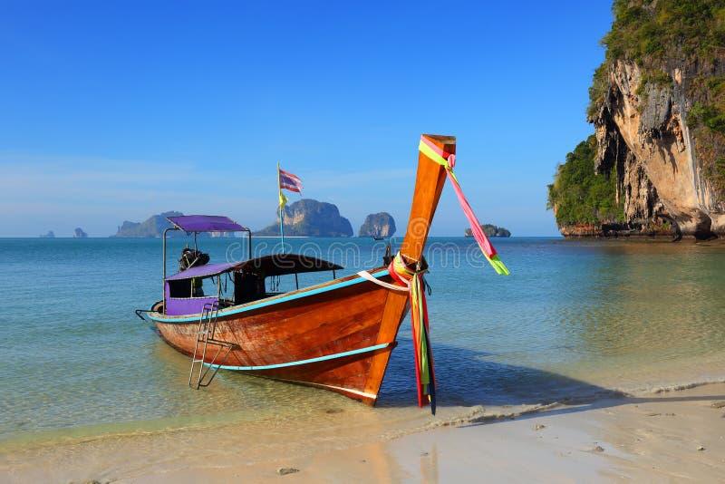 Fartyget för den långa svansen på den tropiska stranden (den Pranang stranden) och vaggar, Krabi arkivbilder