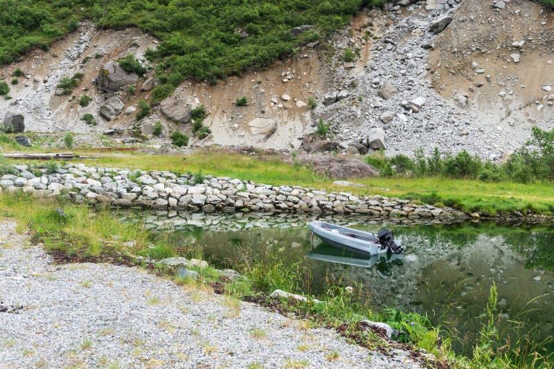 Fartyget och det pittoreskt vaggar reflekteras i klart vatten, Lofoten, Norge fotografering för bildbyråer