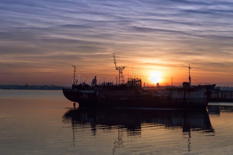 Fartyget och solnedgången royaltyfri foto