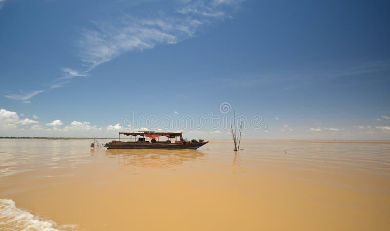 Fartyget på Tonle underminerar sjön royaltyfri bild