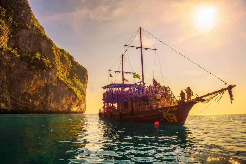Fartyget piratkopierar in stil med många turister på Maya Bay i Thailand arkivbilder