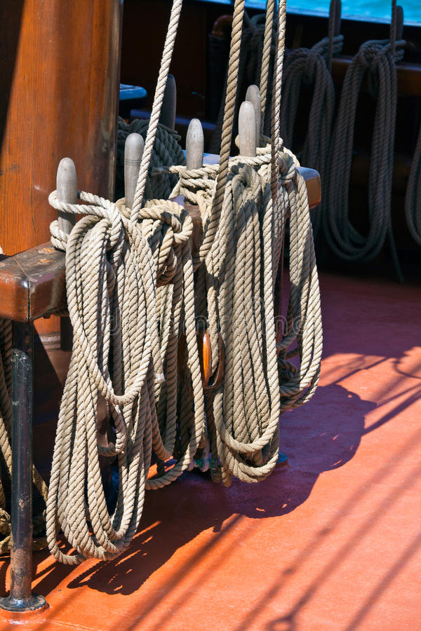 fartyget ropes segling royaltyfri bild
