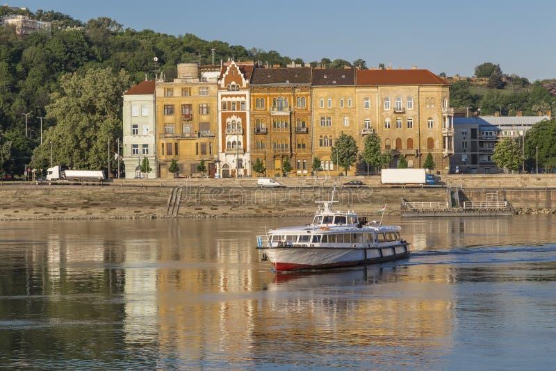 Fartyget seglar över floden på bakgrunden av gamla hus royaltyfri fotografi
