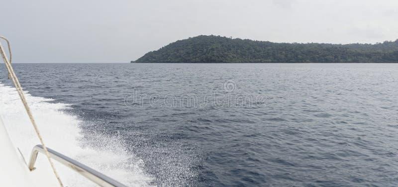 Fartyget seglar till ön i golfen av Thailand royaltyfri bild