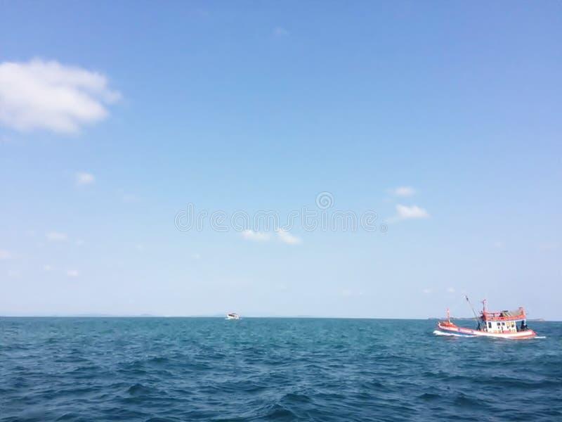 Fartyget snubblar vid fiskare i Thailand royaltyfri fotografi