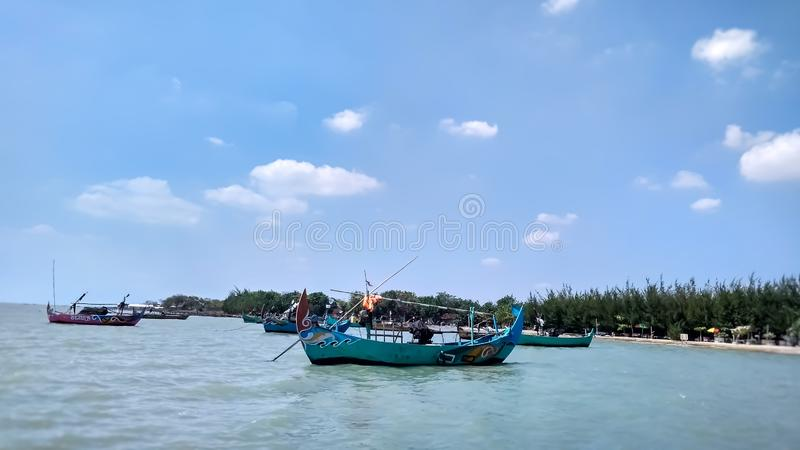 Fartyget som planteras till stranden Detta fartyg används av lokala fiskare för att fånga fisken runt om stranden arkivfoto