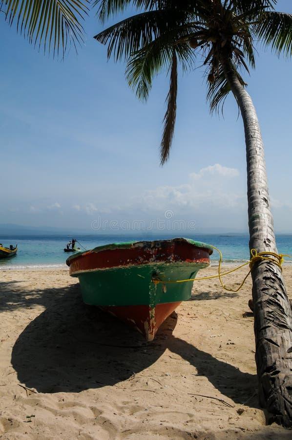 Fartyget tided på en gömma i handflatan i San Blas royaltyfria foton