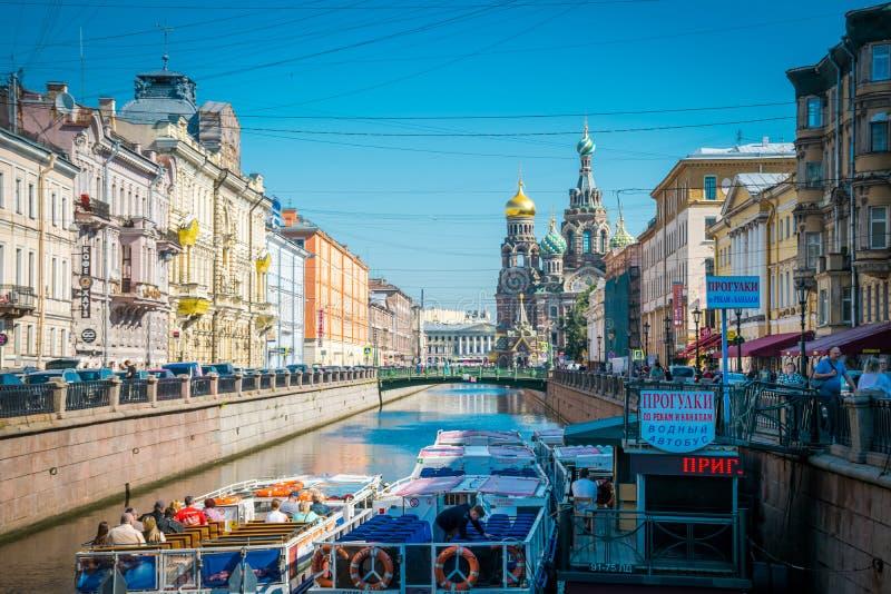 Fartyget turnerar runt om kyrkan av frälsaren i St Petersburg, Ryssland royaltyfria bilder