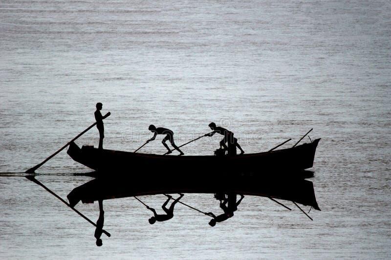 fartygfiskesilhouette fotografering för bildbyråer