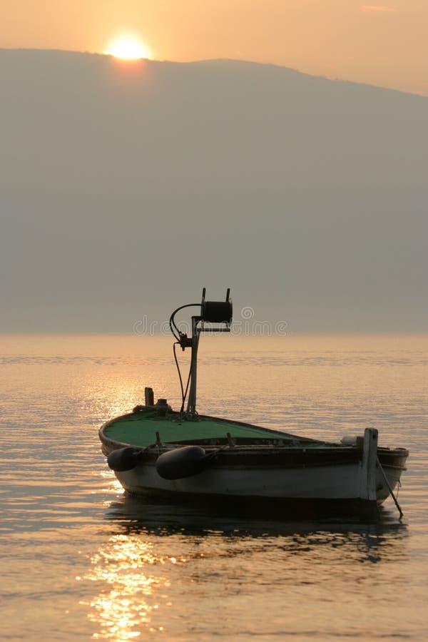 fartygfiskesolnedgång royaltyfria bilder