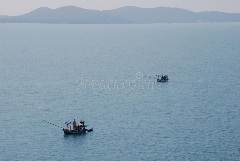 Fartygflötet på vattnet är det trans. arkivfoton