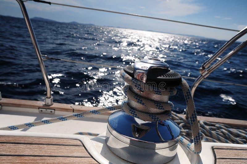 fartygfnurran seglar royaltyfri foto