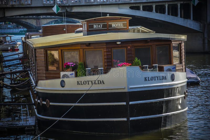 Fartyghotell i Prague på Vltava royaltyfri bild