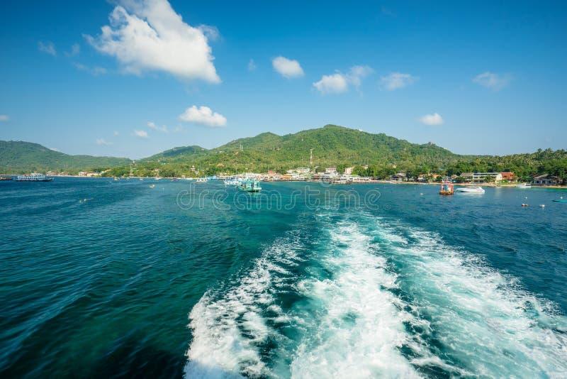 Fartygkörningen av ön, ska se att bergen och himlen som sikten under går till en annan ö arkivbild