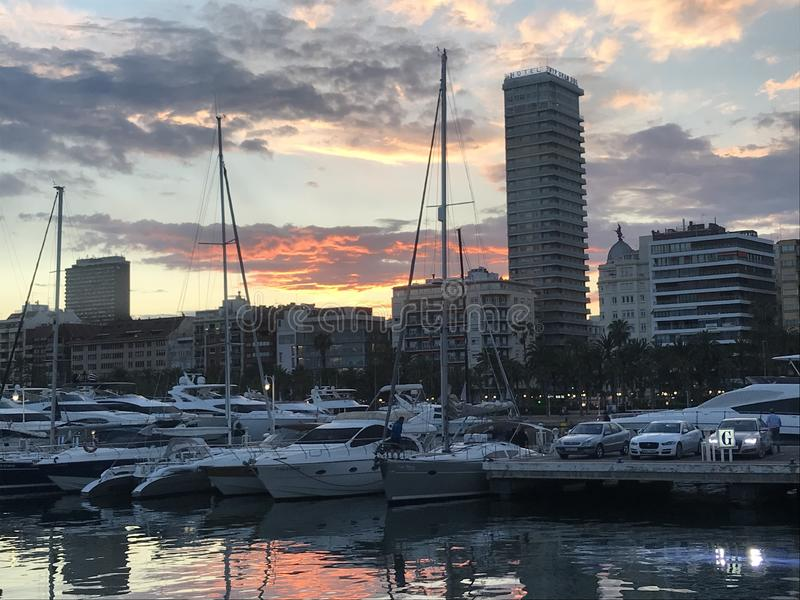 Fartygparkering, solnedg?ng ?ver porten av Alicante, Spanien arkivfoto