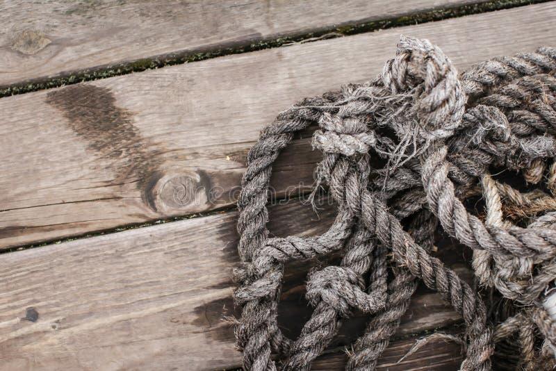 Fartygrep som tätt textureras upp Bästa sikt av gamla tappningrep på träbakgrund royaltyfri foto