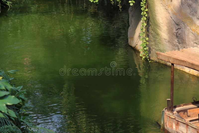 Fartygs?ndnings med folk i zoo i leipzig i Tyskland royaltyfri foto
