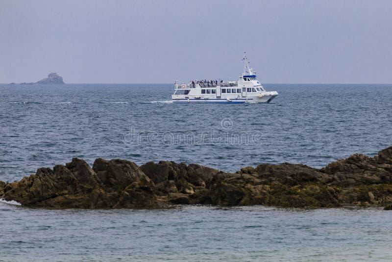 Fartygsegling n?ra kusten royaltyfria foton